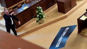 Mela ve Sněmovně: Kalousek vyhazoval transparent, Volný chtěl podpořit Zemana