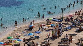 Mallorca s Ibizou už zase zavádějí roušky. Jak to bude v barech a na plážích?