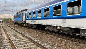 Další neštěstí na kolejích: V Praze boural rychlík do náhradního vlaku, stovky lidí byly evakuovány