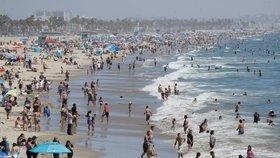"""Kalifornie opět zavírá bary, obchoďáky i kostely. Na plážích je ale """"hlava na hlavě"""""""