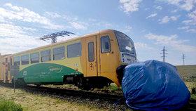 Další srážka vlaku! Řidič dodávky u Velkých Opatovic vjel na přejezd, doprava stojí