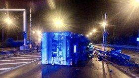 Komplikace u Zlíchovského tunelu: Kamion narazil do svodidel a převrátil se na bok, blokoval vjezd