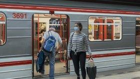 Povinnost nosit roušky v metru řada lidí ignoruje. Strážníci načapají denně desítky lidí bez nich