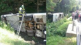 Autobus plný dětí havaroval a převrátil se! Na místo přispěchal i ministr školství