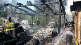 VIDEO: Čtyři auta shořela na prach! Takhle hasiči bojovali s požárem garáže v Klánovicích