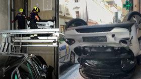 Kuriózní nehoda v centru Prahy. Řidič prorazil autem výtah a zřítil se několik metrů