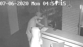 Krádež v hotelu v Praze 2: Darebáci si odnesli notebook za 26 tisíc, poznáte je?