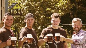 Kozel poděkuje dobrovolným hasičům speciální várkou piva