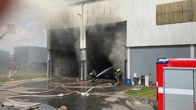 Obří požár haly v Kyjích: Milionové škody! Hasili ho 10 hodin, jeden hasič se zranil