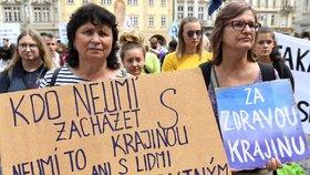 """""""Konec depky z řepky."""" Na Malostranském náměstí demonstrovaly stovky ekoaktivistů"""