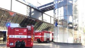 """Poplach v Praze na """"hlaváku"""": Hořelo v prodejně! 500 lidí museli evakuovat, provoz byl omezen"""