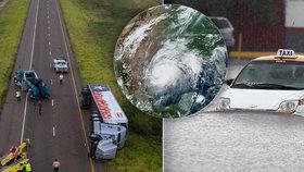 Bouře Hanna zaplavila ulice, vichr strhával střechy i kamiony. Po Texasu udeřila v Mexiku