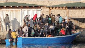 Stovky migrantů utekly ze středisek na Lampeduse: Kritický stava zoufalá žádost ministra