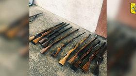 VIDEO: 26 nabitých zbraní a 150 kilo munice! Muž (42) měl v garáži v Praze 8 nelegální arzenál