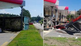 Neobvyklá nehoda kamionů v Jindřichově Hradci: Řidič se vyhýbal sanitce a skončil na boku