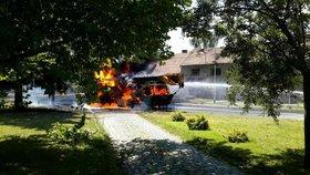Ohnivé peklo: Plameny zničily autojeřáb, pneumatiky létaly vzduchem! Tři zranění hasiči