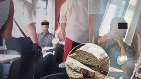 Afroameričan se prý snažil ve vlaku do Prahy vyvolat rasový konflikt: Urazil ho chléb!