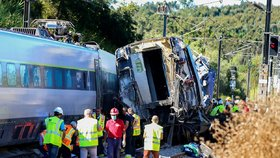 Rychlovlak narazil do vozidla: Dva mrtví dělníci a vyprošťování cestujících v Portugalsku