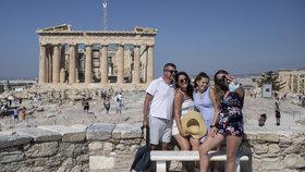 Lodí na Rhodos i Korfu. Řecko turistům otevřelo přístavy a vrací nošení roušek