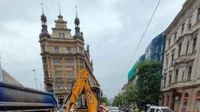 Prasklé potrubí komplikuje dopravu v Praze. Centrem nejezdí hned několik tramvajových linek