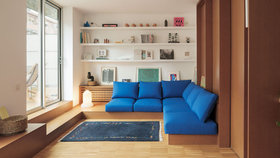 Boj s místem v podkroví pomohl vyhrát vestavěný nábytek s úložným prostorem
