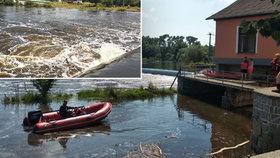 Dva lidé zmizeli ve vodě a už se nevynořili: Na Lužnici se převrátili vodáci, na Orlíku skočil muž ze člunu
