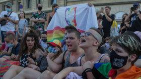 Tisíce Poláků protestovaly proti zadržení aktivisty za práva LGBT: Duha vás neuráží!