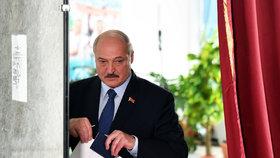 """Přitvrďte, úkoluje Lukašenko justici. Prokurátor slíbil s demonstranty """"zatočit"""""""