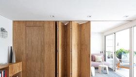 Stylový apartmán pro mladý pár rozděluje dřevěná stěna