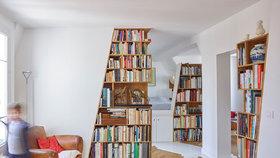 Podkrovní apartmán s vestavěnými knihovnami bere dech