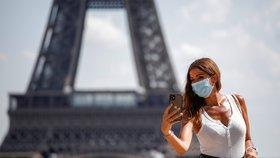 Na Eiffelovku jen v roušce. Francie zpřísňuje opatření, bary a hospody čeká večerka