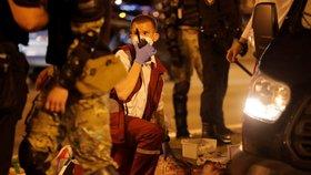 V Minsku při protestech zahynul člověk. Policie: Odpůrci Lukašenka explodovala bomba v ruce