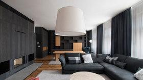 Elegantní byt v Žitné ulici zdobí dubové dřevo a tmavé barvy. Přesto není stísněný nebo temný