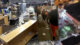 Rabující dav se vrhl do obchodů v Chicagu: Lidé brali plné tašky a ničili i bankomaty