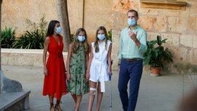Koronavirus ONLINE: Problém s Řeckem pro tisíce Čechů, spor expertů a princezny v rouškách
