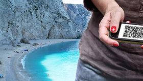 Zmatek kolem Řecka: Na dovolenou test s razítkem doktora i speciální QR kód
