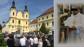 Strážnice se loučila se zesnulým knězem Jackem (†41): Věřící zaplnili celé náměstí