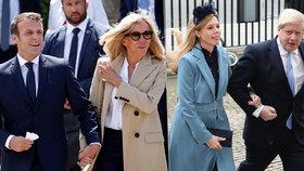 """Johnson vyrazil s """"vydřičkou"""" do kempu. Macron vzal manželku k moři na riviéře"""