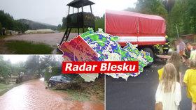 Bouřky řádí: Děti evakuovali z táborů, stromy padaly na auta. Sledujte radar Blesku