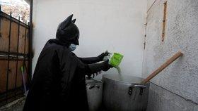 Batman nasadil roušku a vyrazil do boje s koronavirem. Záhadný muž pomáhá bezdomovcům