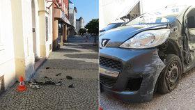 Šílenec ve Vrchlabí: Naboural auto, značku i dům a pak ujel po chodníku pryč