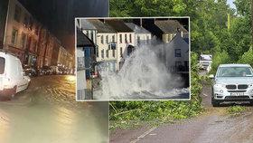 """""""Meteorologická bomba"""" udeřila v Británii a Irsku. Bouře Ellen kazí lidem dovolenou"""