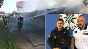 Policisté Jakub a Pepa zachránili tři děti z hořícího domu: Hrdinové zasahovali ve svém volnu