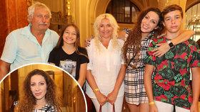 Jako Hujerovi! Olga Lounová vyvedla poprvé početnou rodinu do společnosti