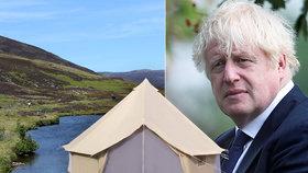 """Premiér stanuje v """"týpíčku"""". A rozlítil farmáře: Na vyprahlé louce rozdělal oheň"""