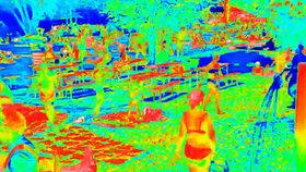ŽIVĚ: Unikátní záběry z rozpálené Prahy! Termokamera snímá horká těla i osvěžující sprchu, podívejte se