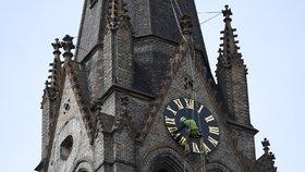 Šest obřích ciferníků se vrací na věž sv. Ludmily. Za 450 tisíc dostaly novou fazónu