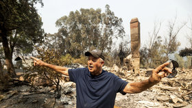 """Hankovi plameny vzaly """"dům snů"""", který stavěl 30 let. Kalifornie hoří a kouř míří do Evropy"""