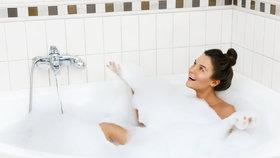 Renovace koupelny bez bourání. Triky, jak si poradit se starým obkladem
