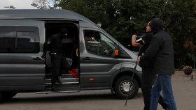 """Běloruská policie zasáhla i proti zahraničním novinářům. Putin """"číhá"""" se zálohami"""